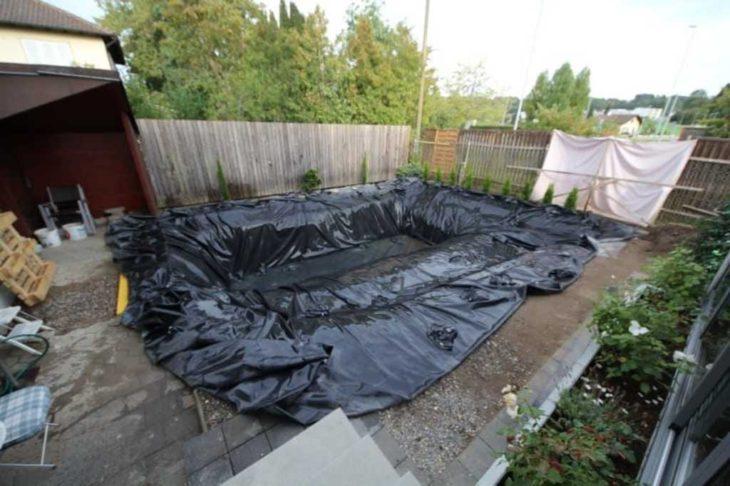 hoyo para alberca cubierto con bolsas de plástico negras