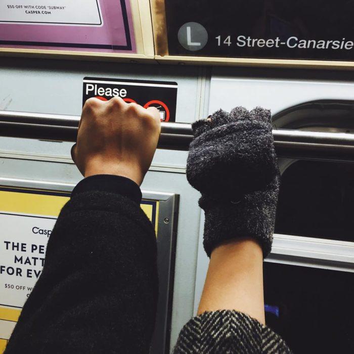 dos manos en el camión