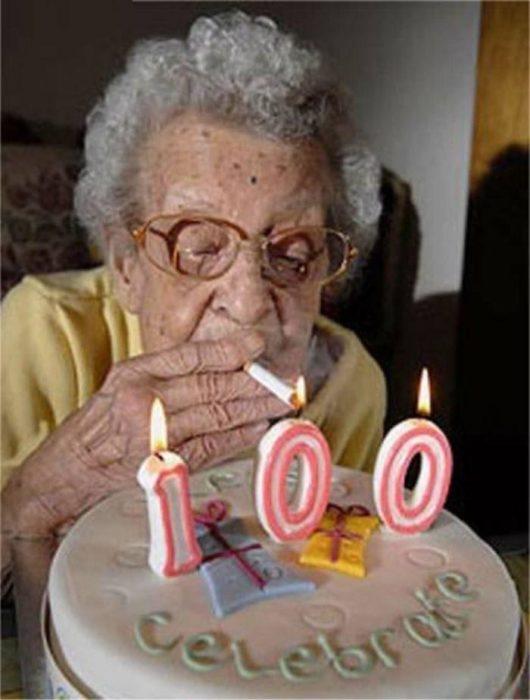 abuelita 100 años cigarro