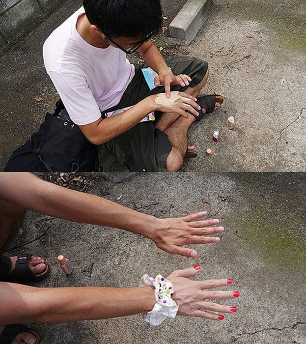 chico maquilla su mano de un tono diferente a la otra