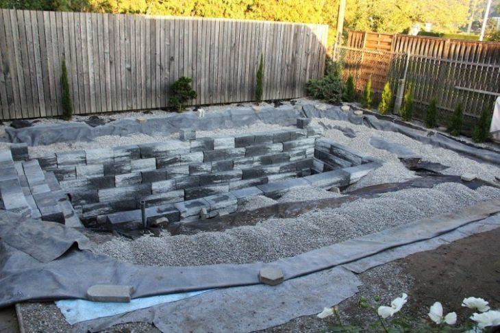 patio estan construyendo un estanque