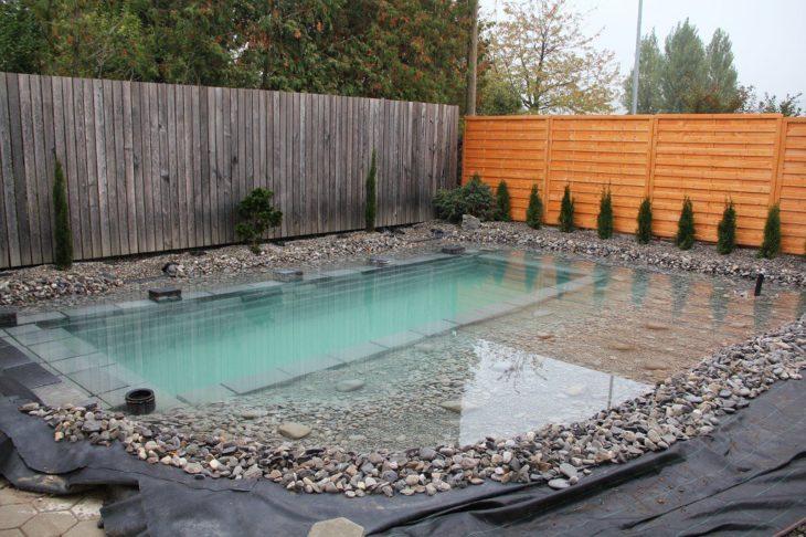 estanque en patio trasero bolsas negras salen del interior