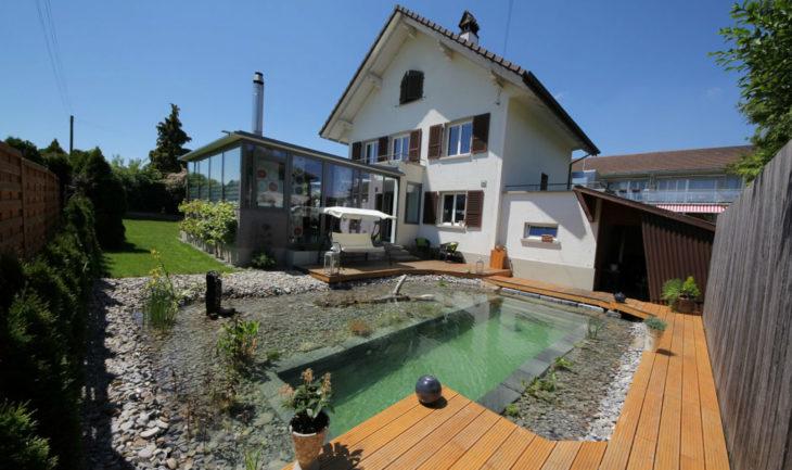 foto de una casa y en el patio tiene un estanque
