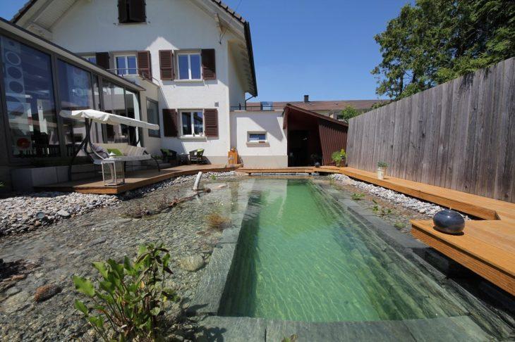 casa con un patio trasero hermoso con un estanque