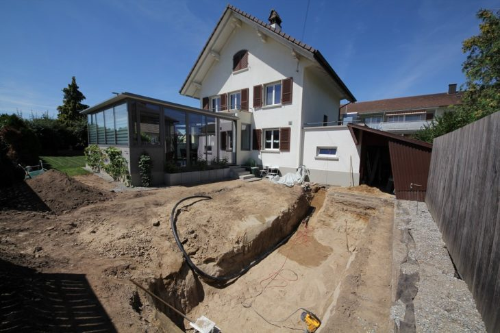 foto de una casa y su patio trasero en construcción