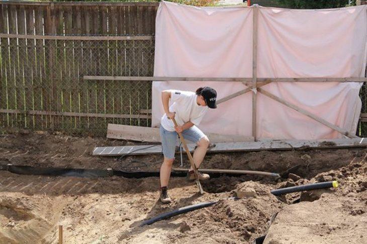 mujer cavando