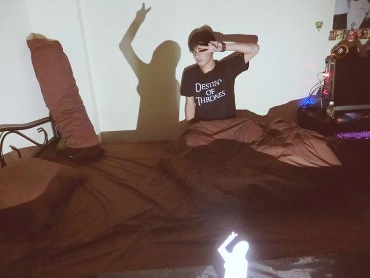 chico en la cama se refleja la sombra de una chica