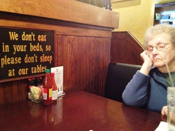 abuelita dormida mesa