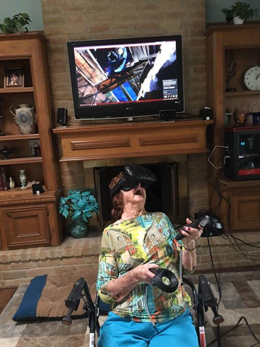 abuela jugando realidad virtual