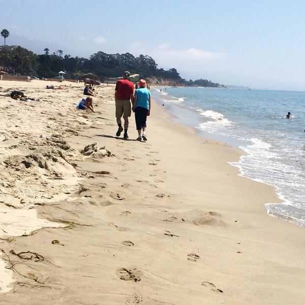 Pareja mayor paseando en la playa