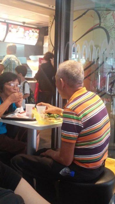 Pareja mayor comiendo juntos