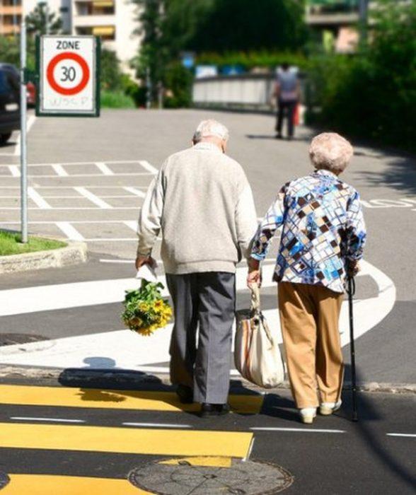 Pareja de viejitos cruzando la calle