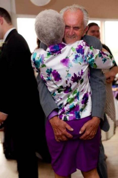 Señor bailando con su esposa y agarrandole el trasero