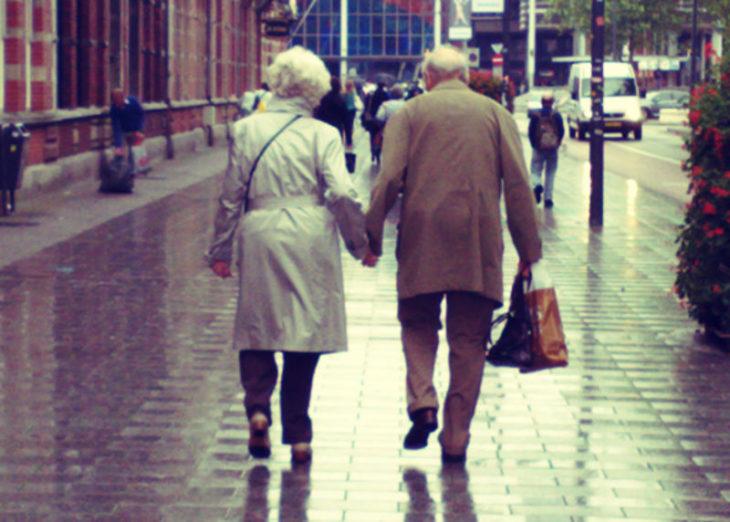 pareja mayor paseando tomados de la mano