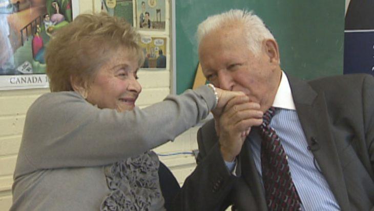 Hombre besando la mano de mujer