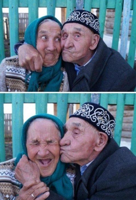 Pareja mayor beso riéndose