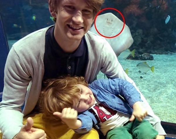 foto de hombre y niño y atras una mantarraya sonriendo