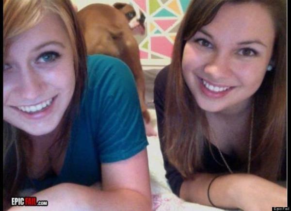 foto de dos chicas y atrás se ve el trasero de un perro