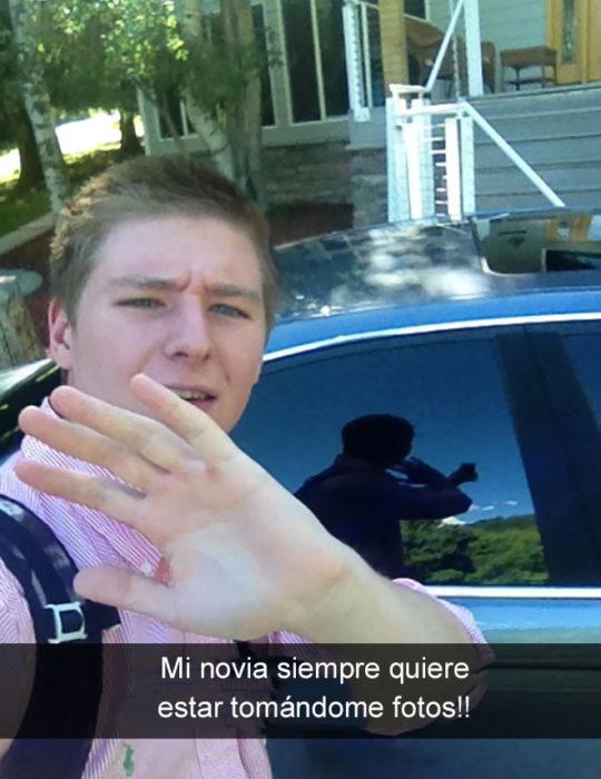 chico se toma selfie y finge que es su novia