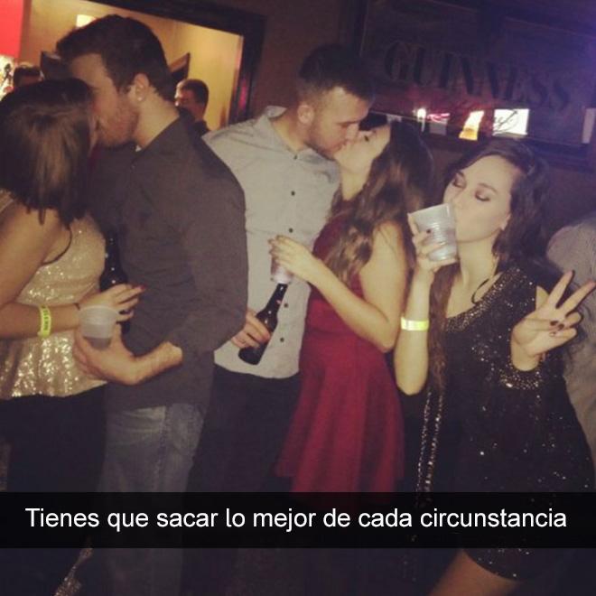 dos parejas besandose y una chica tomando