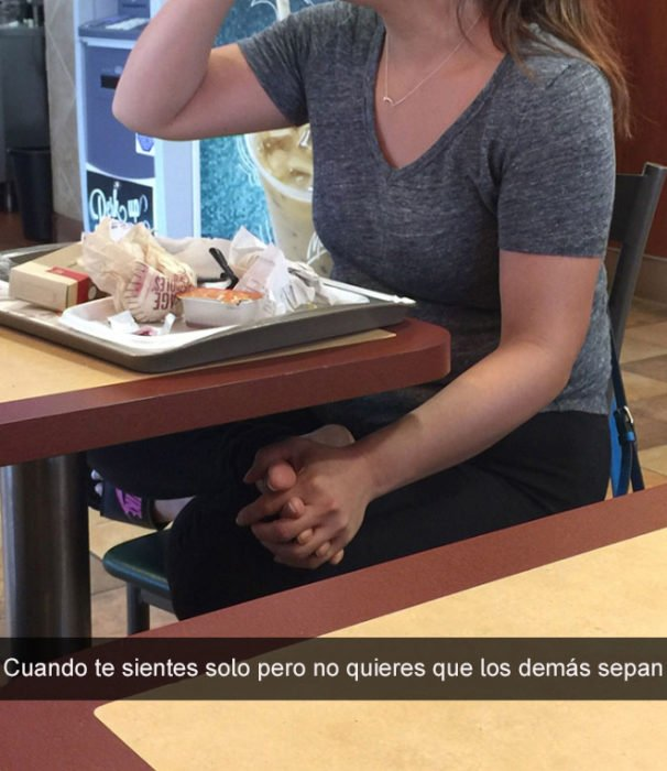 mujer sostiene su pie mientras come