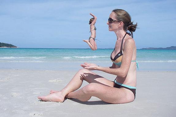 Fotografías tomadas en el momento exacto playa mujer sentada y otra saltando