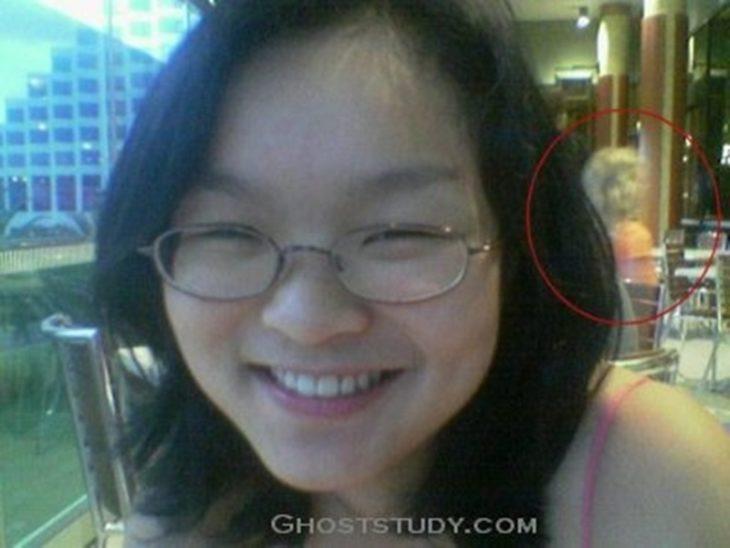 mujer china foto y un ente atras