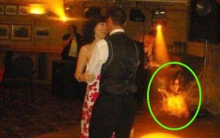 foto baile pareja se ve un fantasma por ahi