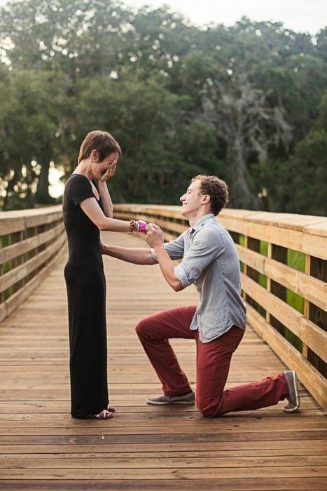 foto de hombre porponiéndole matrimonio a mujer