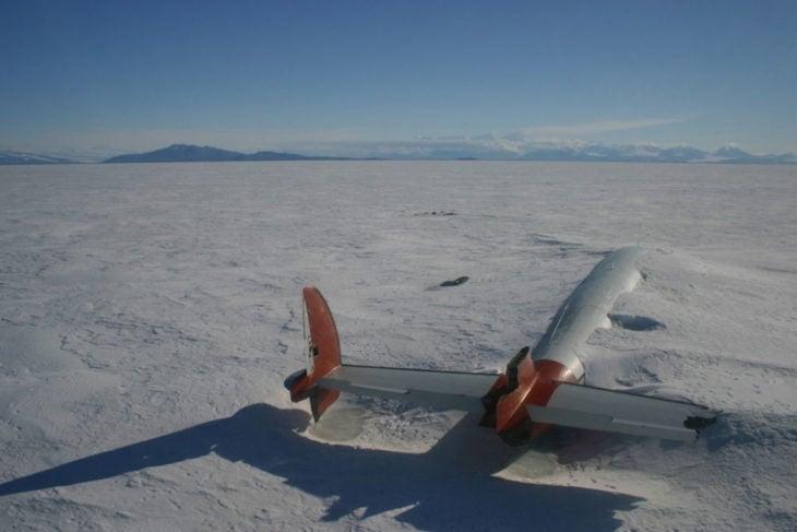 avión abandonado en el desierto
