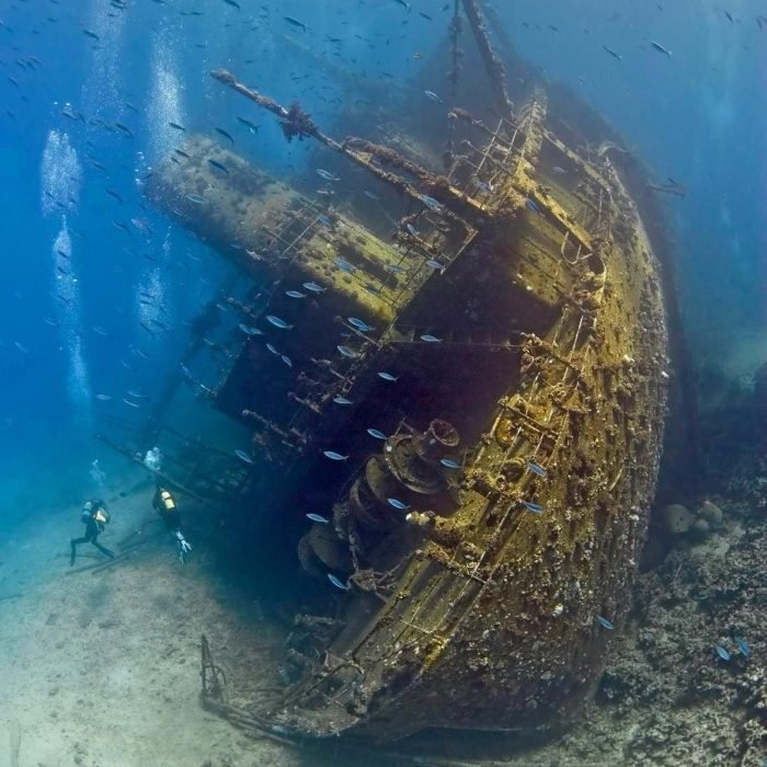 barco hundido abandonado