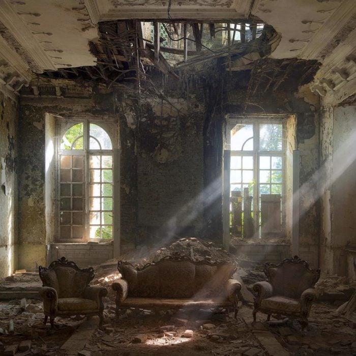 casa abandonada sillón viejo ventanas