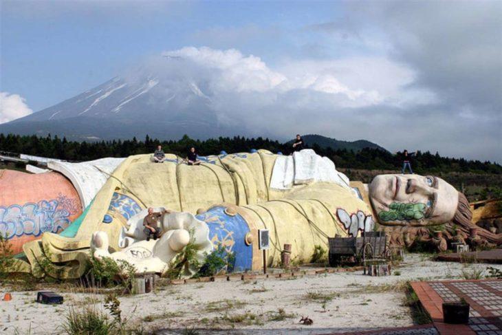 parque de gigantes abandonado