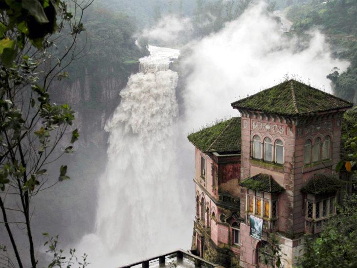 castillo al lado de una cascada