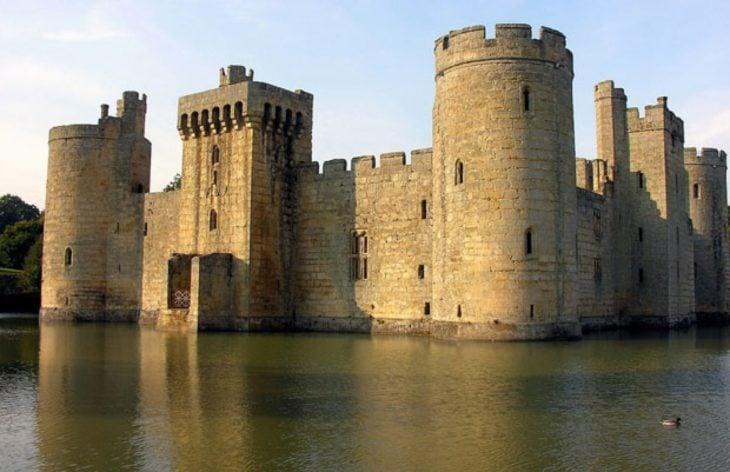 castillo en medio de un lago
