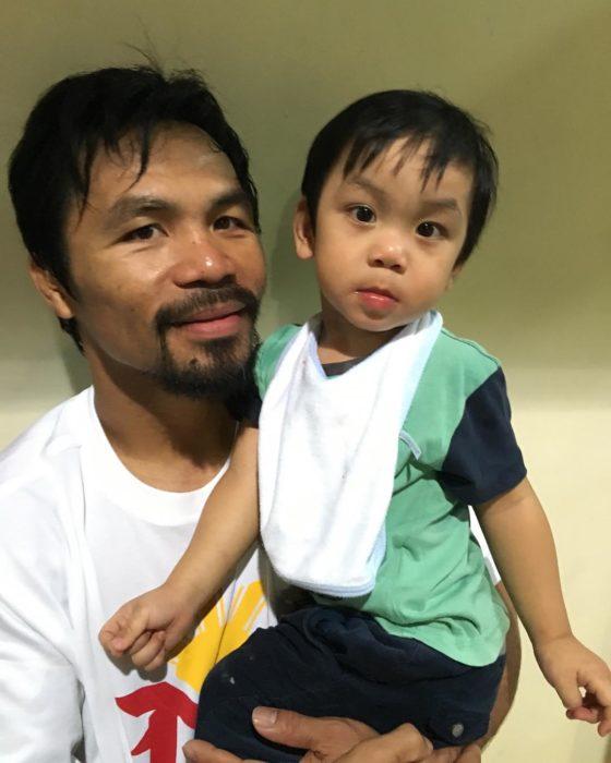 Manny Pacquiao y su hijo viendo a la cámara