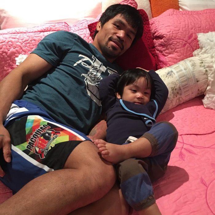 Manny Pacquiao acostado relajándose con su hijo