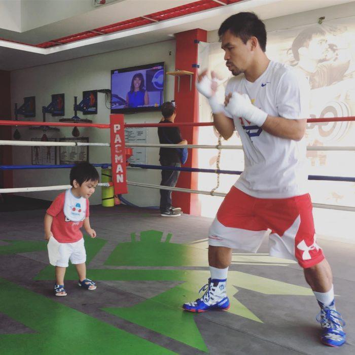 Manny Pacquiao boxeando con su hijo