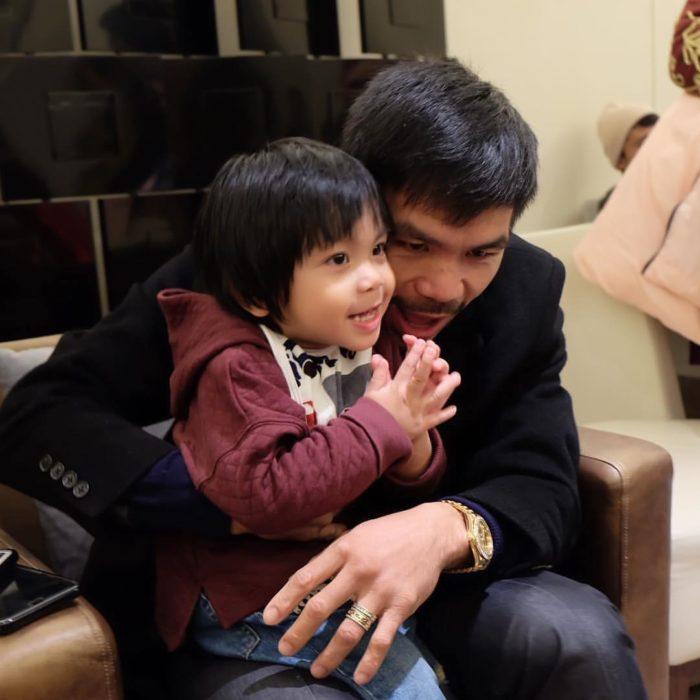 Manny Paquiao sonriendo a su hijo