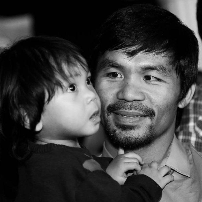 Manny Pacquiao mirando a su hijo