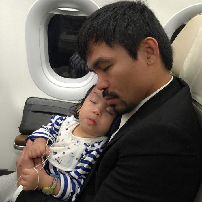 Manny Pacquiao y su hijo dormidos en el avión