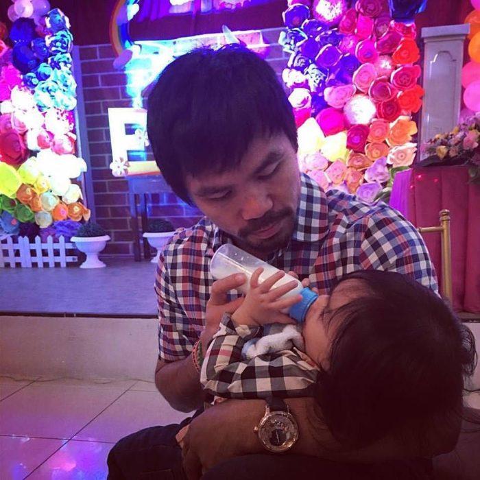 Manny Pacquiao dándole biberón a su hijo