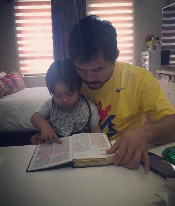Manny Pacquiao leyendo la Biblia con su hijo