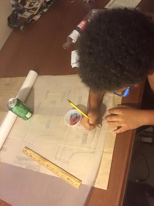 niño trabajando midiendo