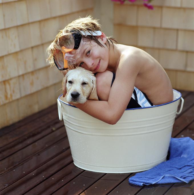 baño tina niño y perro agua