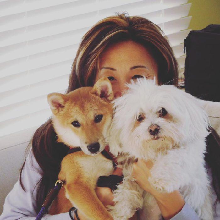 mujer con dos perritos
