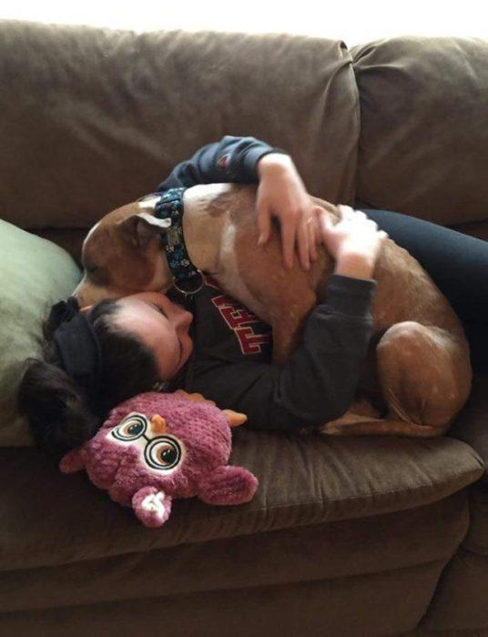 perro y mujer abrazados