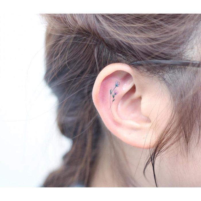 Tatuaje flores acuarela colores oreja arete de tatoo