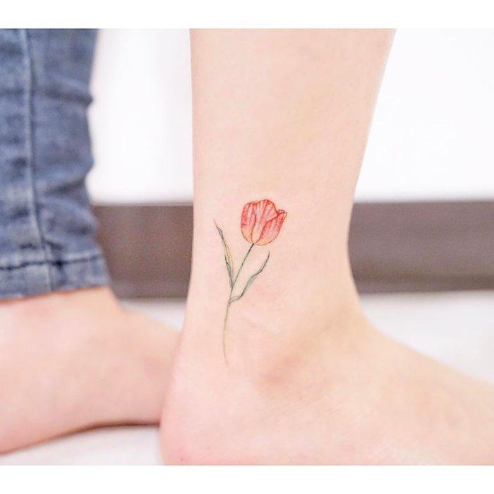 Tatuaje flores acuarela colores tulipan