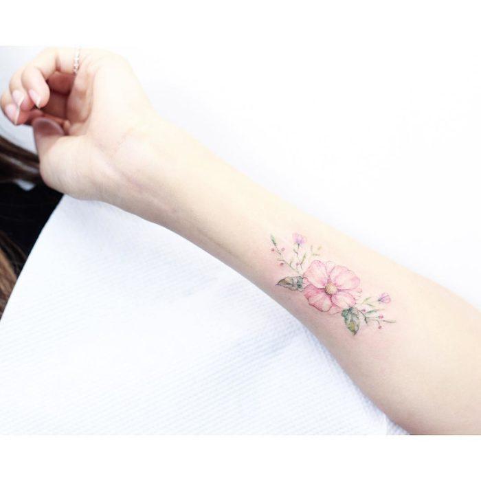 Tatuaje flores acuarela colores rosa